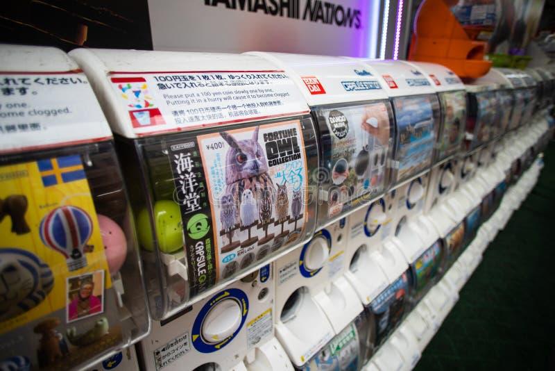 Máquinas del juguete de la cápsula de Gachapon en la exhibición cerca de la estación de Shinjuku en Tokio, Japón fotografía de archivo