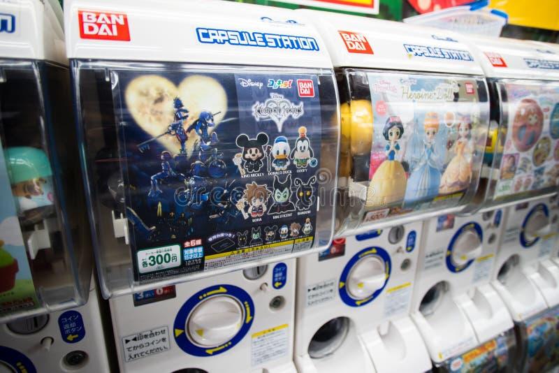 Máquinas del juguete de la cápsula de Gachapon en la exhibición cerca de la estación de Shinjuku en Tokio, Japón foto de archivo