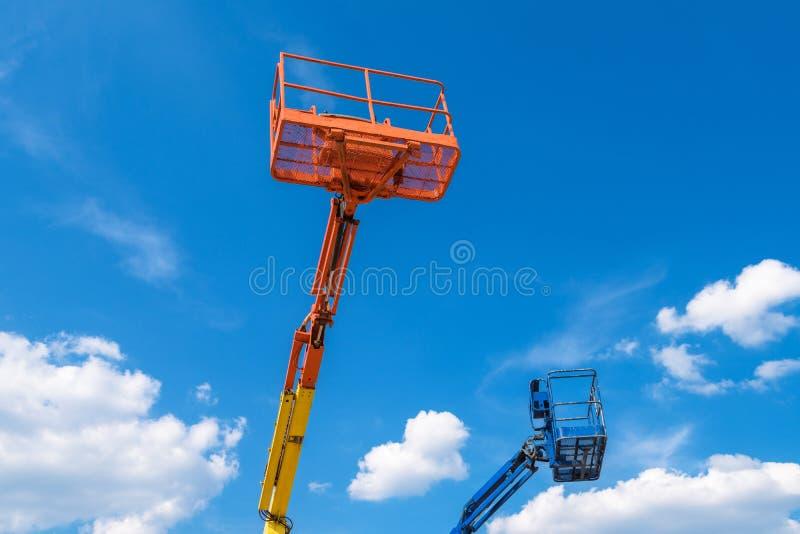 Máquinas desbastadoras da cereja no fundo do céu azul imagem de stock royalty free