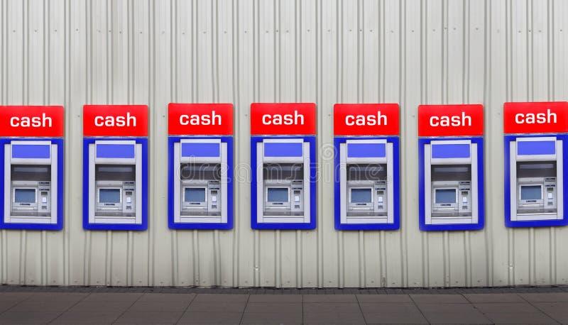 Máquinas do banco do dinheiro na parede fotos de stock