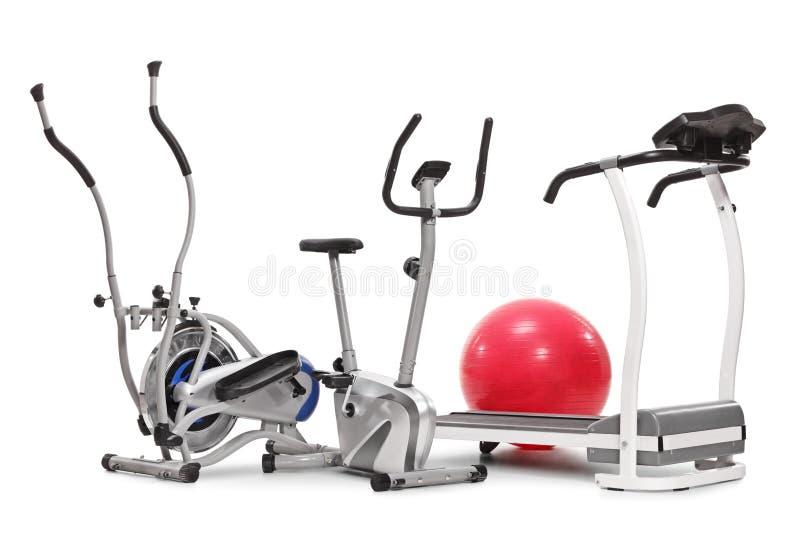 Máquinas do exercício e uma bola dos pilates imagem de stock