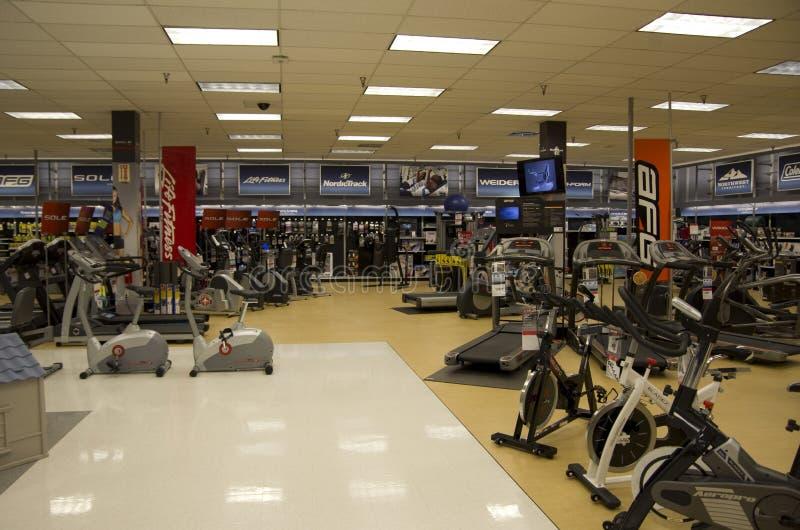 Máquinas do exercício na loja fotografia de stock royalty free