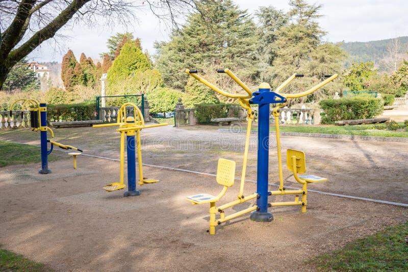 Máquinas do exercício no parque público fotos de stock