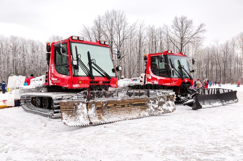 Máquinas do groomer da neve no parque do inverno foto de stock royalty free