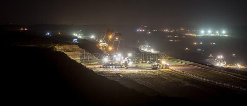 máquinas escavadoras da Cubeta-roda na noite no hambac do extração de carvão do aberto-molde fotos de stock royalty free
