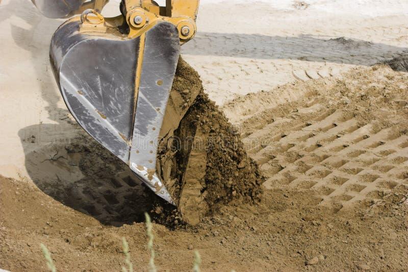 Máquinas escavadoras que despejam sua carga de fotos de stock royalty free