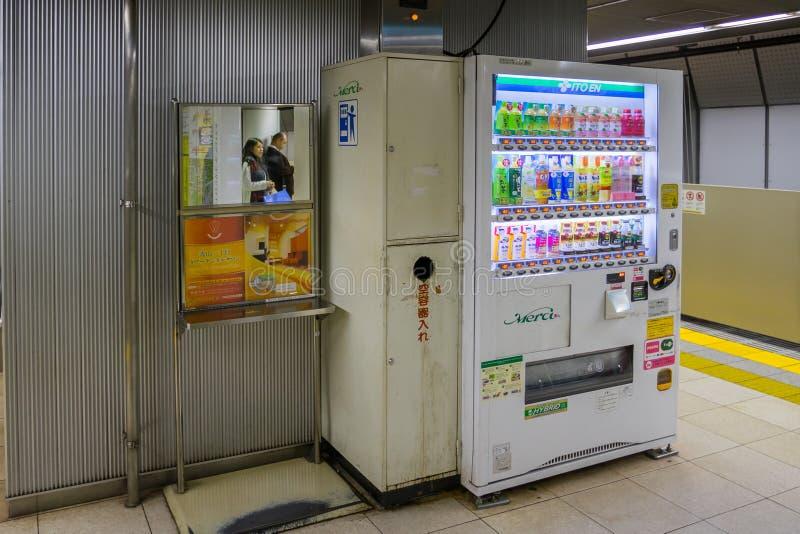 Máquinas expendedoras en la estación de tren en Tokio foto de archivo
