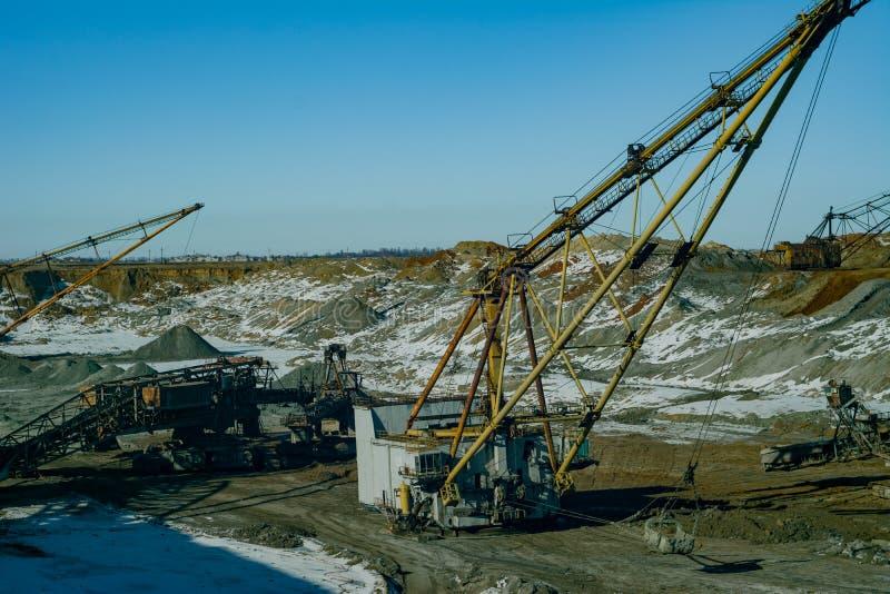 Máquinas gigantes na pedreira - máquina escavadora de passeio das máquinas escavadoras e de roda de cubeta foto de stock royalty free