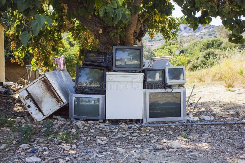 Máquinas technologic viejas que se colocan debajo del árbol grande imagen de archivo libre de regalías