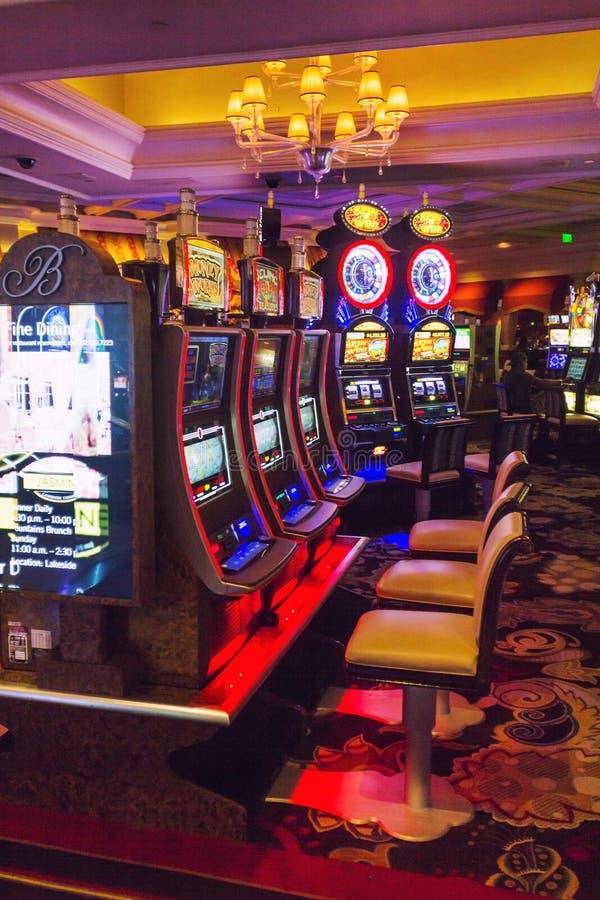 Máquinas tragaperras dentro del casino de Bellagio Las Vegas fotos de archivo libres de regalías