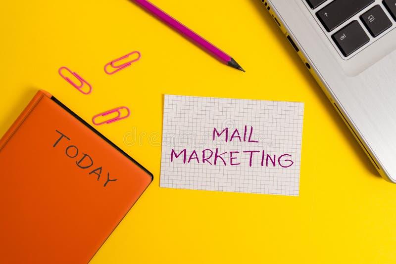 Márketing de correo de la escritura del texto de la escritura El acto del significado del concepto del envío los mensajes comerci fotografía de archivo