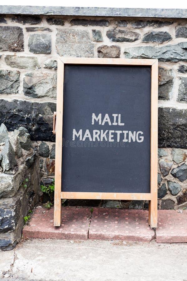 Márketing de correo de la escritura del texto de la escritura El acto del significado del concepto del envío los mensajes comerci foto de archivo libre de regalías