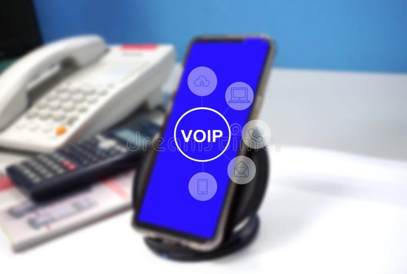 Márketing de Digitaces vía el icono de varios canales de la red de comunicaciones en tecnología del uso del smartphone y la voz m stock de ilustración