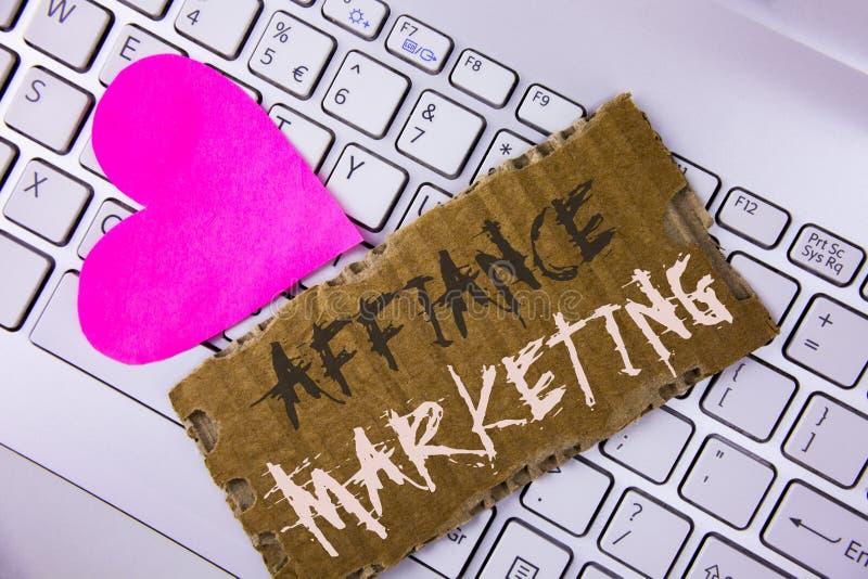Márketing del Affiance del texto de la escritura de la palabra Concepto del negocio para unirse a dos o más compañías en lo mismo imagen de archivo