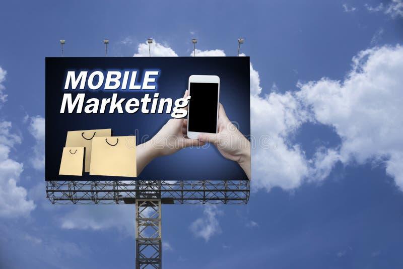 Márketing móvil en la cartelera grande contra el fondo del cielo azul, concepto de Digitaces stock de ilustración