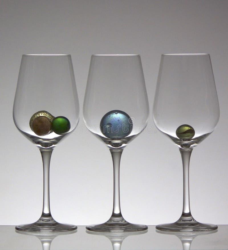 Mármoles de cristal en copas de vino fotografía de archivo libre de regalías