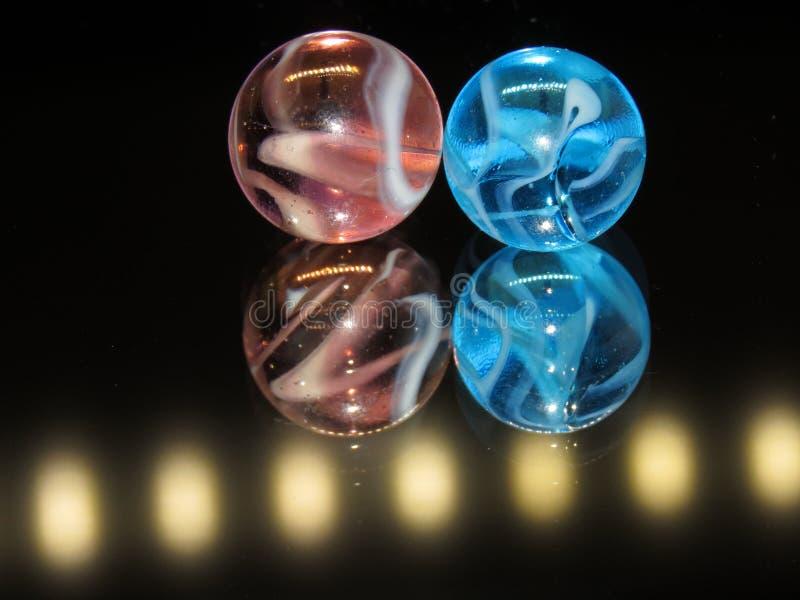 Mármoles de cristal rosas claros y azules claros fotos de archivo libres de regalías