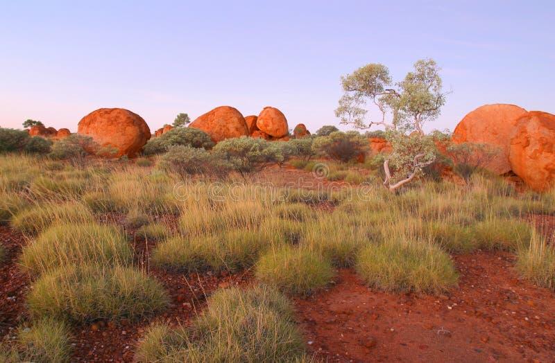 Mármoles de los diablos. Territorio del Norte Australia. foto de archivo