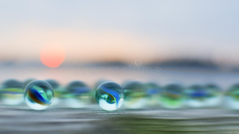 Mármores de vidro no por do sol foto de stock royalty free