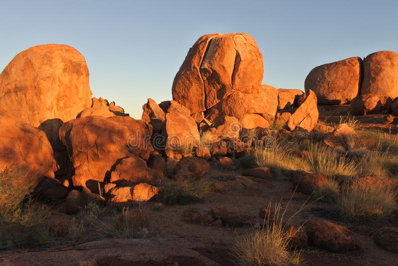 Mármores Karlu Karlu dos diabos no por do sol no Território do Norte, Austrália imagens de stock royalty free