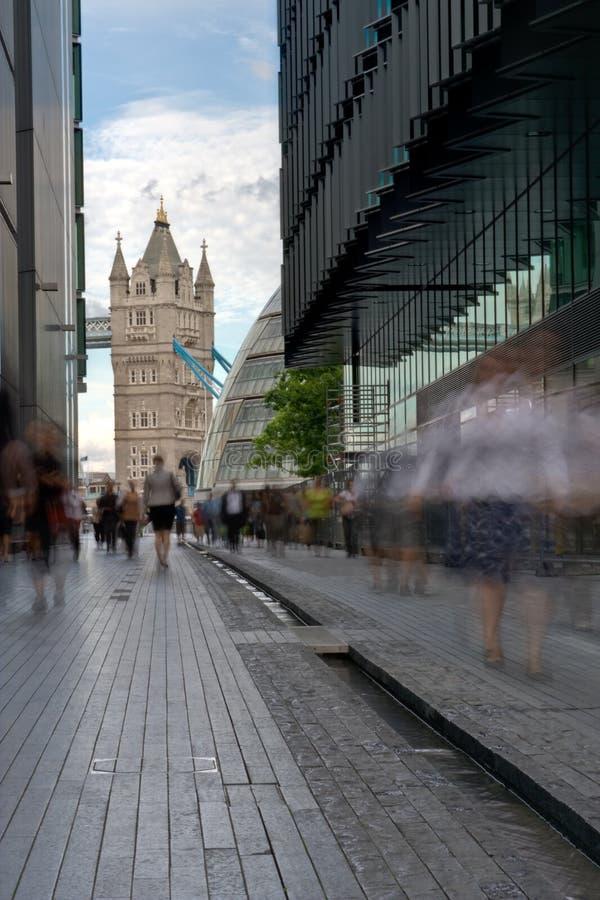 Más Londres que mira hacia el puente de la torre imagenes de archivo
