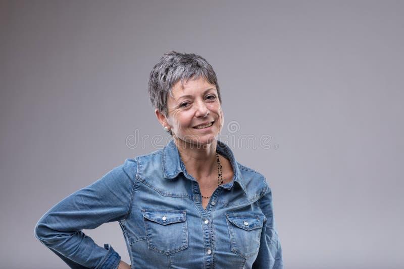 Más vieja mujer atractiva con una sonrisa amistosa fotos de archivo libres de regalías