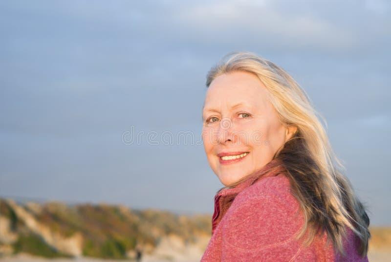 Más vieja mujer sonriente feliz imagen de archivo libre de regalías