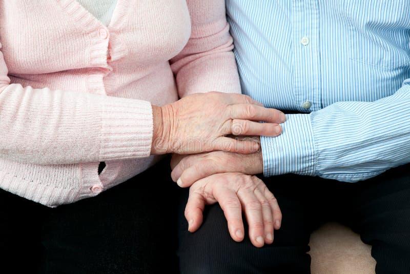 Más viejas manos de la explotación agrícola de los pares Pares mayores con las manos hermosas que presentan junto en abrazo cerca imagen de archivo libre de regalías