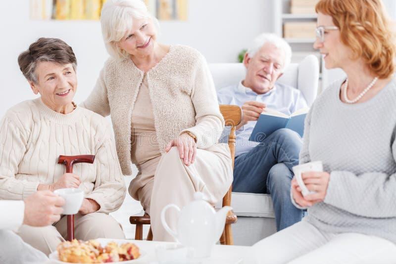 Más viejas mujeres que tienen conversación agradable foto de archivo libre de regalías