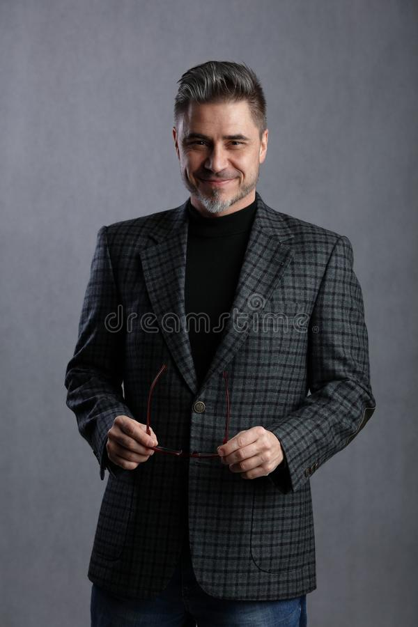 Más viejo hombre de negocios feliz en indumentaria de oficina informal imagen de archivo libre de regalías