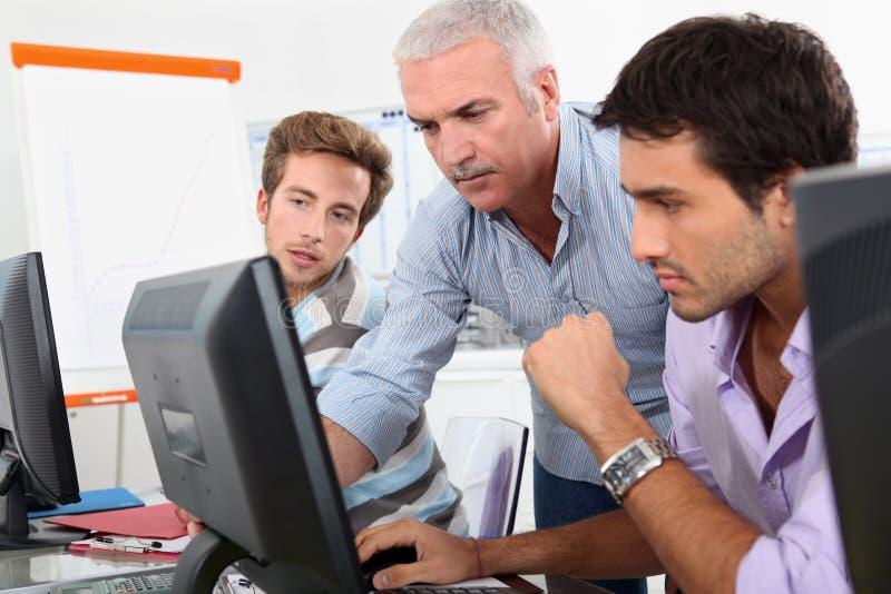 Más viejos estudiantes que usan los ordenadores fotografía de archivo