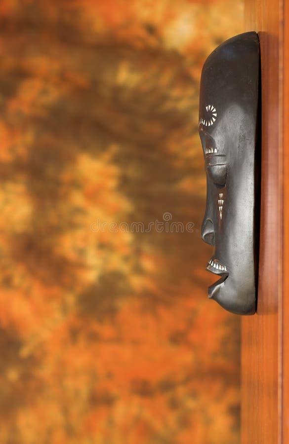 Máscara africana tradicional en la pared de madera imágenes de archivo libres de regalías