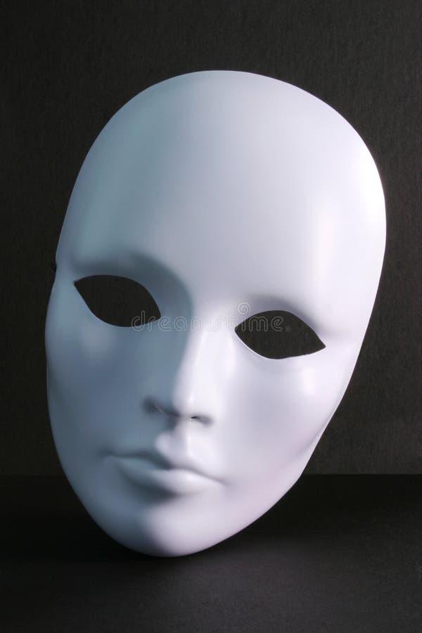 Máscara blanca en fondo oscuro imagenes de archivo
