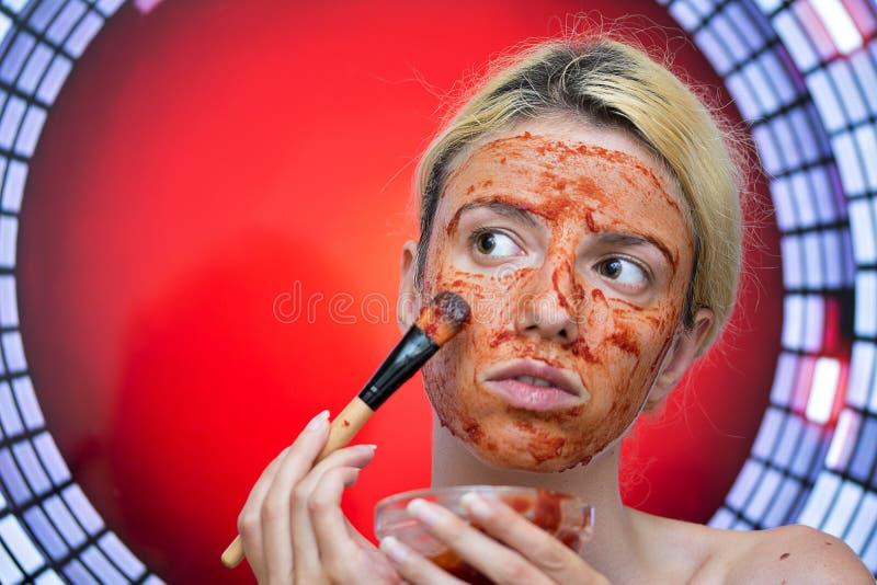 Máscara caseiro do tomate e do alho fotos de stock