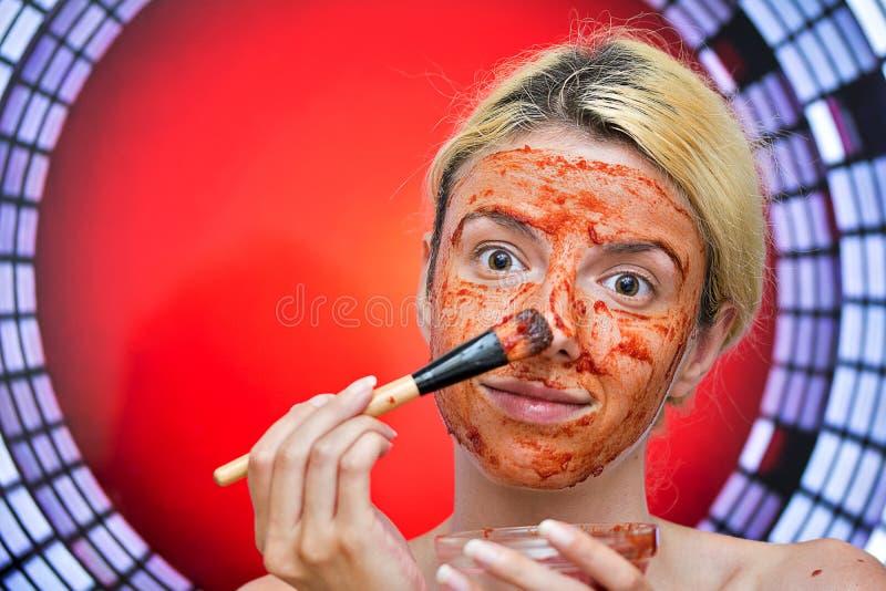 Máscara caseiro do tomate e do alho imagem de stock royalty free