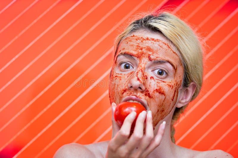 Máscara caseiro do tomate e do alho imagens de stock