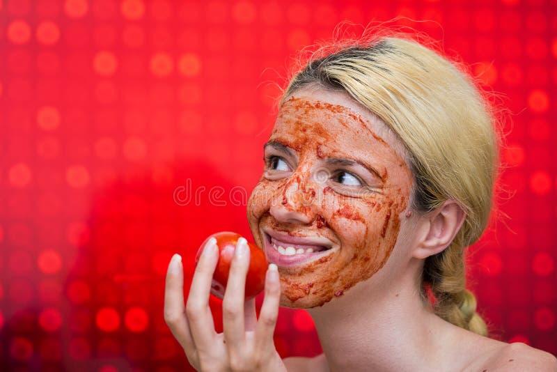 Máscara caseiro do tomate e do alho foto de stock royalty free
