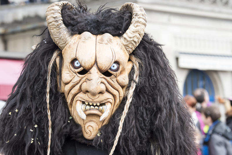 Máscara com chifres e colmilho no carnaval imagem de stock