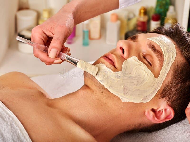 Máscara cura facial da lama do homem no salão de beleza dos termas fotografia de stock royalty free