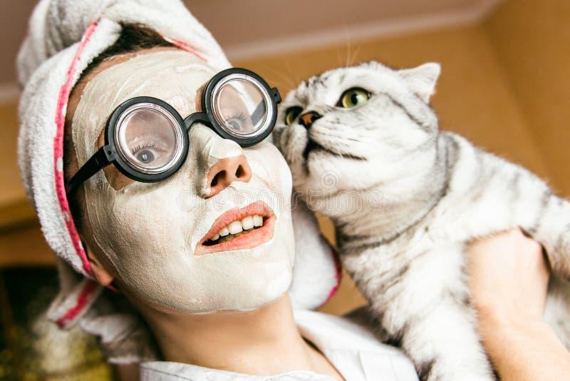 Máscara da mulher engraçada e close-up cosméticos dos vidros imagem de stock royalty free