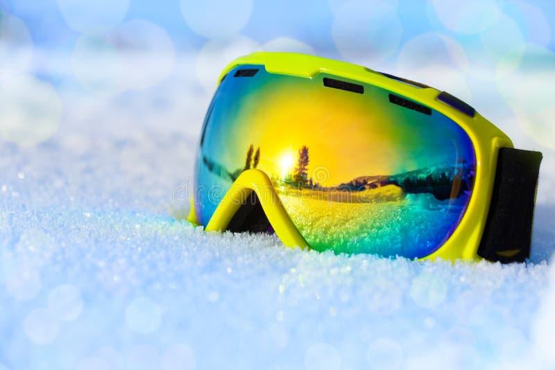 Máscara de esquí colorida en la nieve helada blanca fotografía de archivo