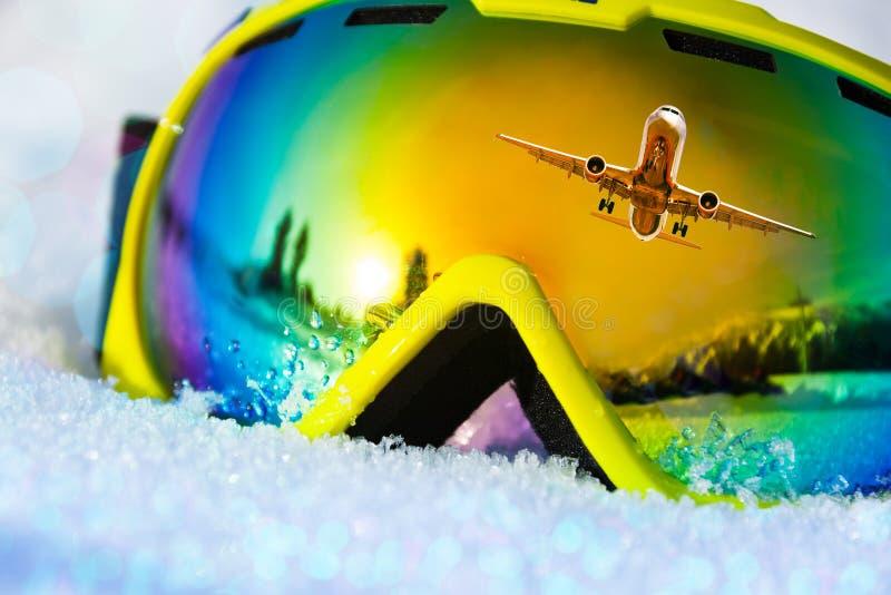 Máscara de esquí con el aeroplano en la reflexión imagenes de archivo