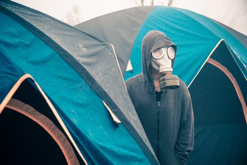 Máscara de gás dos turistas fora das barracas foto de stock royalty free