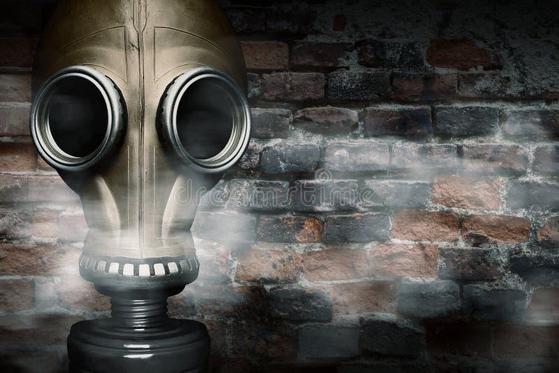 Máscara de gás encoberta no fumo fotos de stock royalty free