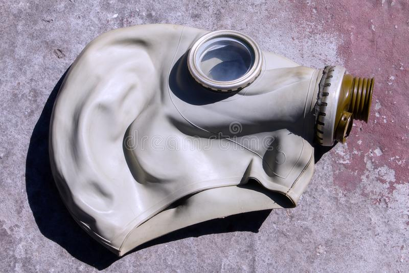 Máscara de gás velha em uma laje de cimento foto de stock royalty free