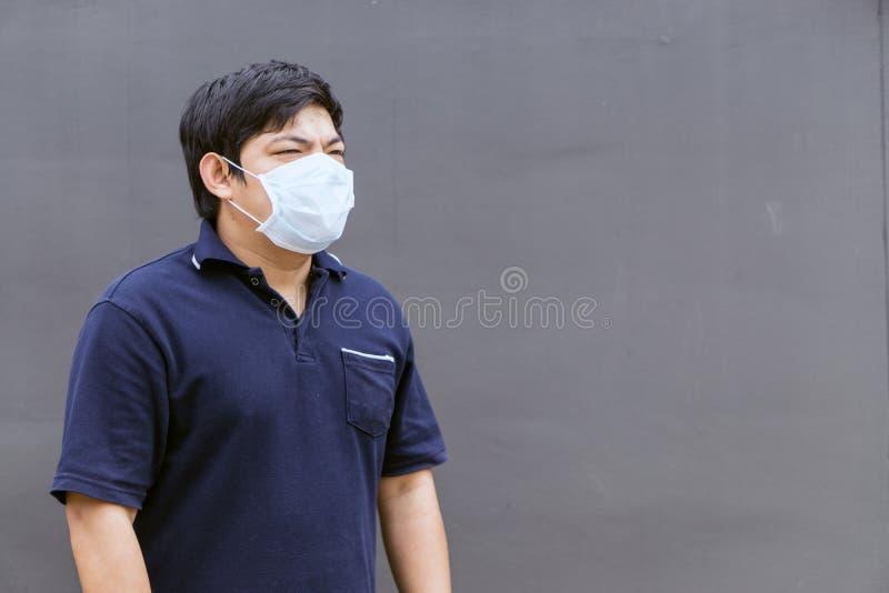 Máscara de la boca del hombre que lleva asiático contra la contaminación atmosférica fotografía de archivo libre de regalías