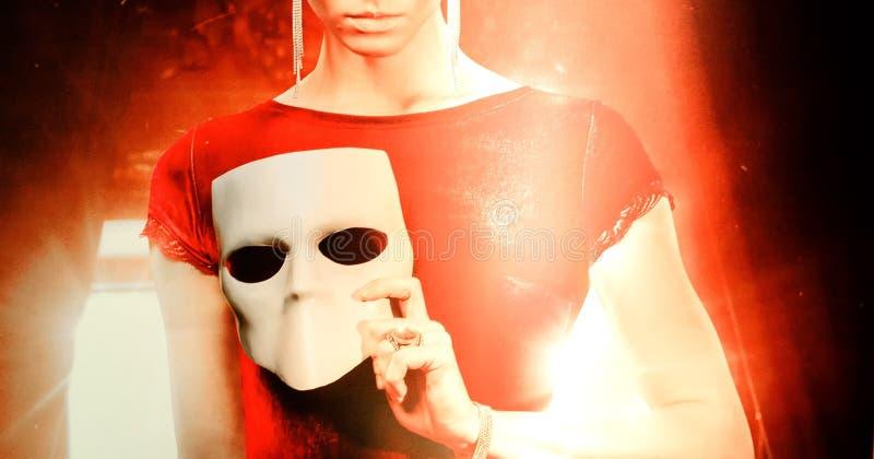 Máscara de la tenencia de la mujer joven fotos de archivo libres de regalías