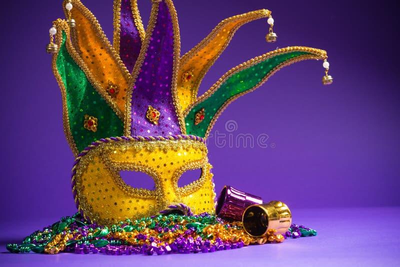 Máscara de Mardi Gras ou de Carnivale em um fundo roxo fotografia de stock