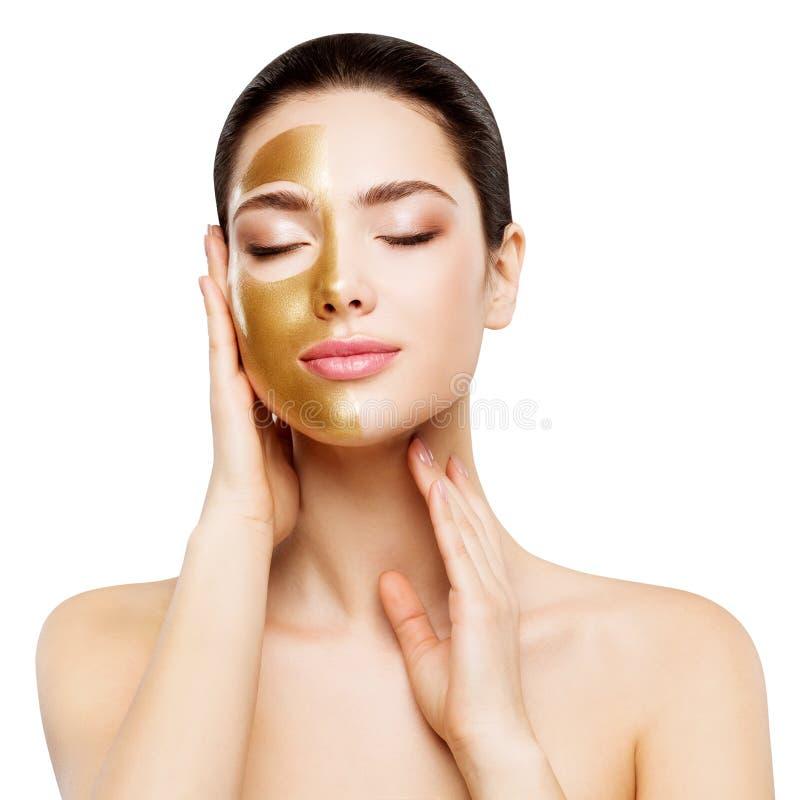 Máscara de Oro de Belleza Mujer , Chica hermosa aplicando cosmética de piel dorada a la cara imágenes de archivo libres de regalías