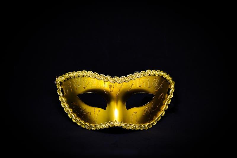Máscara de oro del misterio de la fantasía aislada en fondo negro imagenes de archivo